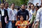 'ശുഭമുഹൂർത്തം': തീരുമാനിച്ചിരുന്നതിന് ഒരു ദിവസം മുമ്പെ പ്രഗ്യ സിംഗ് താക്കൂർ നാമനിർദേശ പത്രിക സമർപ്പിച്ചു