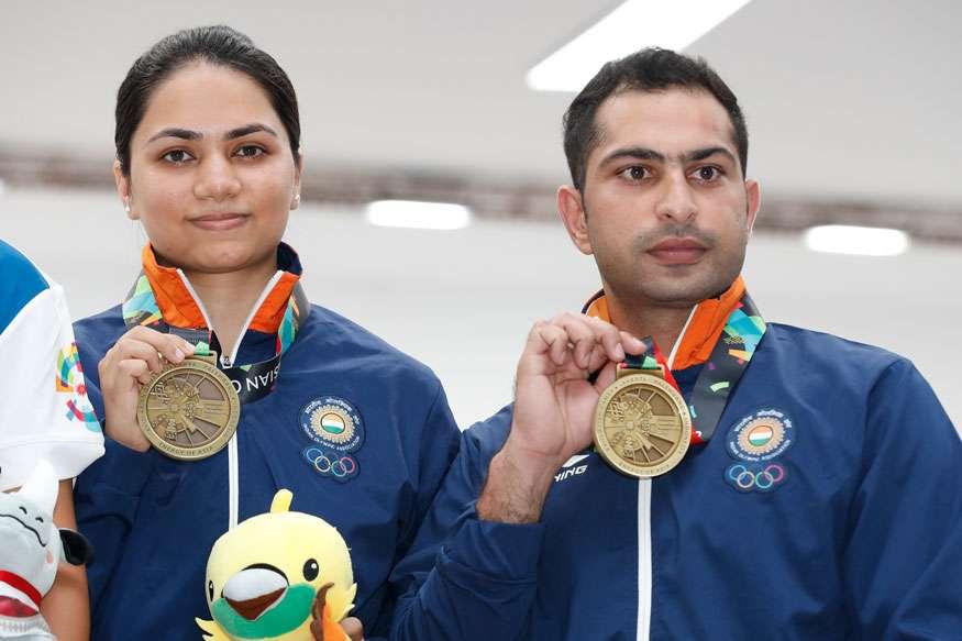 10 മീറ്റർ മിക്സഡ് ടീം എയർ റൈഫിളിൽ വെങ്കലം നേടിയ അപൂർവി ചന്ദേലയും രവി കുമാറും