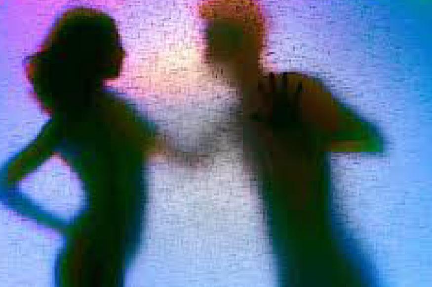 തിരുവനന്തപുരം: നഗ്നവീഡിയോ കാട്ടി ഭീഷണിപ്പെടുത്തി പണം തട്ടിപ്പ് നടത്തിയ സംഘം അറസ്റ്റിൽ. കടയ്ക്കാവൂരിലാണ് ഹണിട്രാപ്പ് കേസിൽ യുവതി ഉൾപ്പടെ നാലുപേർ പിടിയിലായത്. ഫോണിലൂടെ സൗഹൃദം സ്ഥാപിച്ച് വീട്ടില് വിളിച്ചു വരുത്തി നഗ്നനാക്കി വീഡിയോ എടുത്ത് വാട്സാപ്പിലും സോഷ്യല് മീഡിയയില് പ്രചരിപ്പിക്കുമെന്ന് ഭീഷണിപ്പെടുത്തിയാണ് സംഘം തട്ടിപ്പ് നടത്തിയത്. വക്കം പാടപ്പുരയിടം വീട്ടില് അന്സാരിയുടെ മകള് ജാസ്മിന്, വക്കം മേത്തരുവിളാകം വീട്ടില് അബുവിന്റെ മകന് സിയാദ് ( 20), വക്കം ചക്കന്വിള വീട്ടില് നാസര് മകന് നസീം ( 22 ), വക്കം എസ് എസ് മന്സിലില് ഷിബുവിന്റെ മകന് ഷിബിന് (21) എന്നിവരാണ് അറസ്റ്റിലായത്.