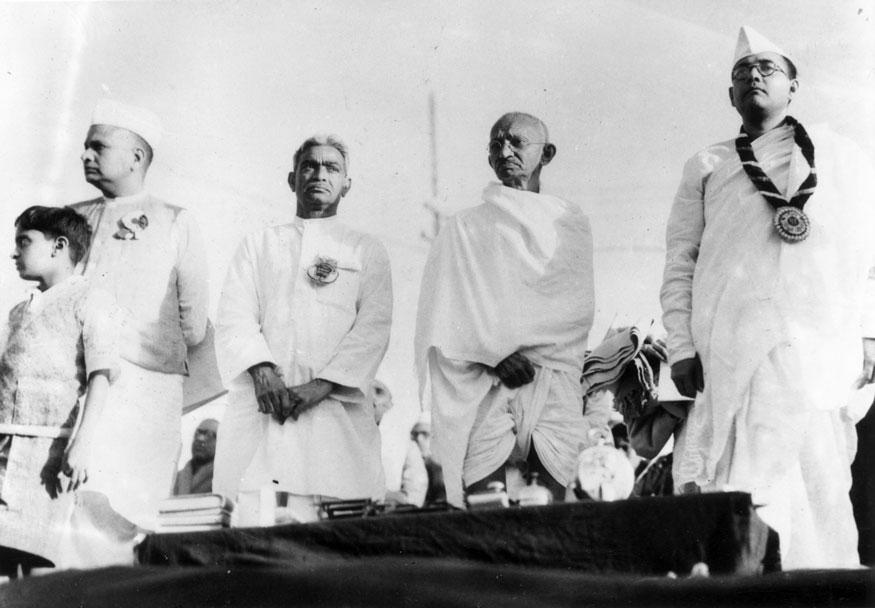 ഇന്ത്യന് നാഷണല് കോണ്ഗ്രസ് അംഗങ്ങള്ക്കൊപ്പം