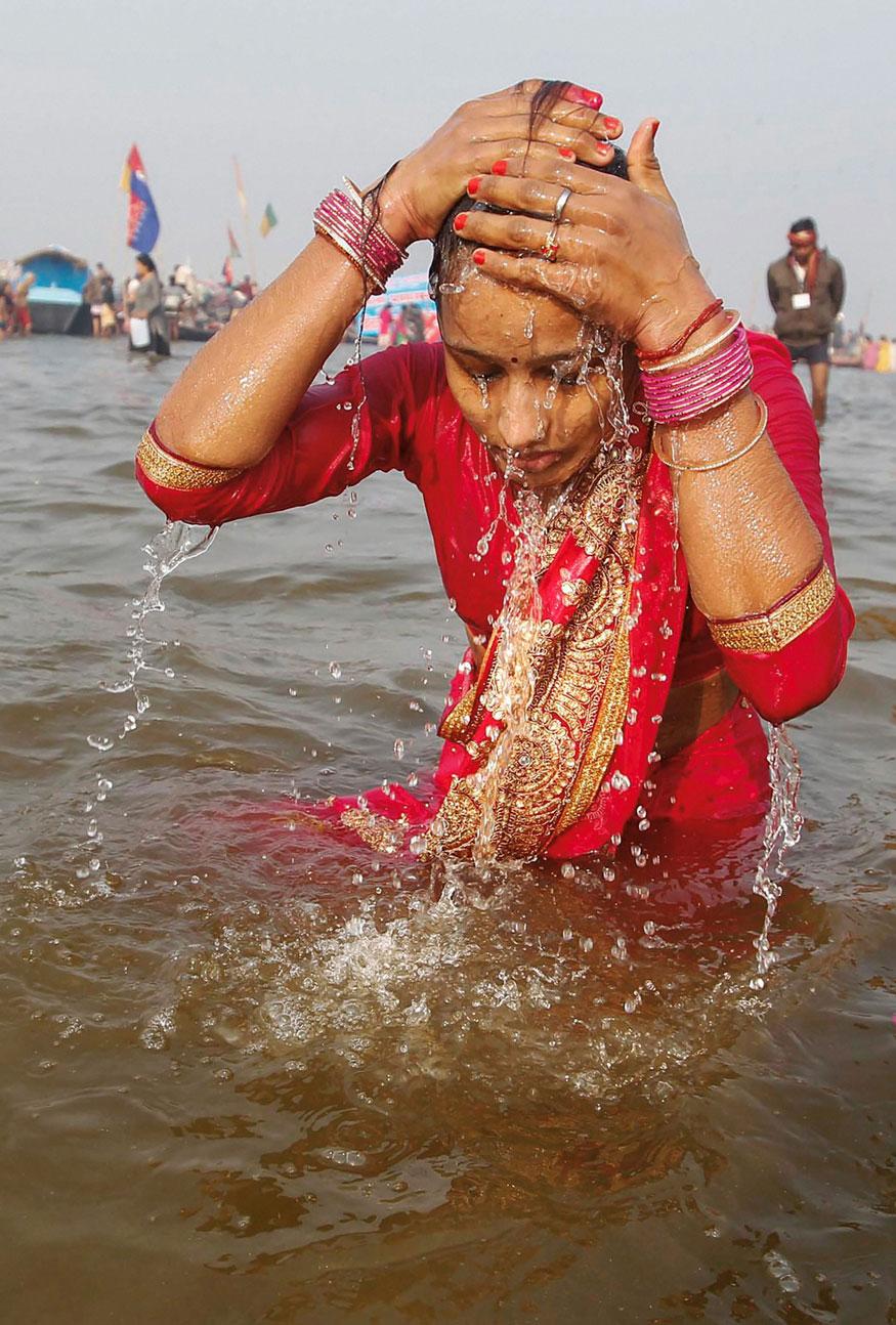 അലഹാബാദിൽ മകരസ്ക്രാന്തിയോട് അനുബന്ധിച്ച് സ്നാനം ചെയ്യുന്ന ഭക്ത