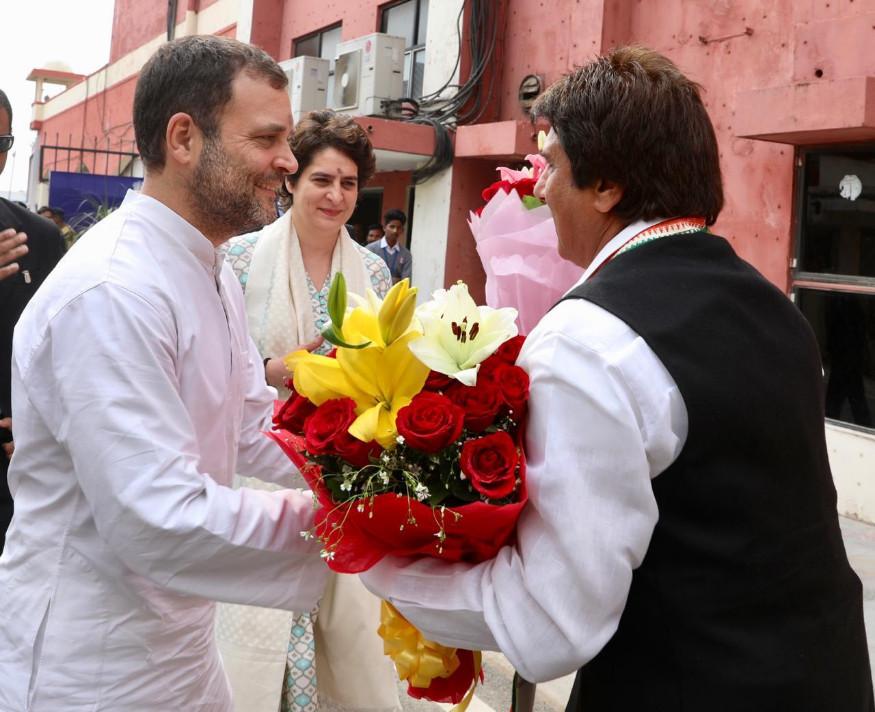രാഹുൽ ഗാന്ധിയെയും പ്രിയങ്ക ഗാന്ധിയെയും രാജ് ബാബ്ബർ സ്വീകരിക്കുന്നു
