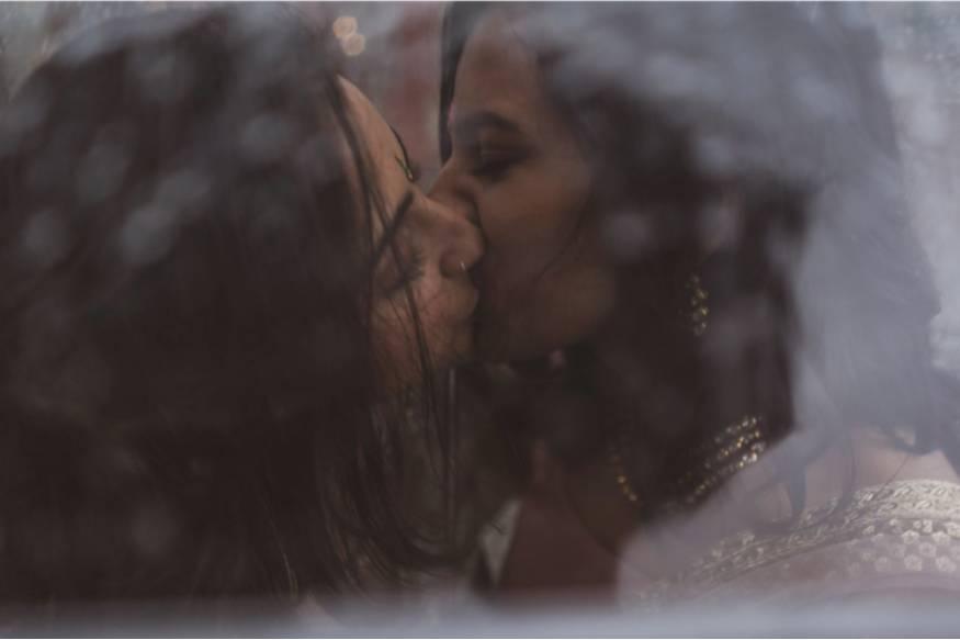 ന്യൂയോർക്ക്: സോഷ്യൽ മീഡിയ ഏറ്റെടുത്തിരിക്കുകയാണ് രണ്ടു സുന്ദരികളുടെ പ്രണയ ചിത്രങ്ങൾ.