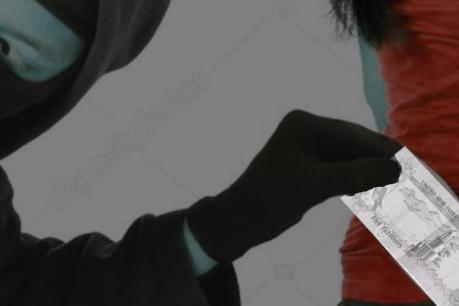പൊലീസ് സ്റ്റേഷനുള്ളില് നിന്നും പൊലീസുകാരിയുടെ പഴ്സിലെ പണം അടിച്ചുമാറ്റി; ഇന്ത്യക്കാരനെതിരെ കേസ്